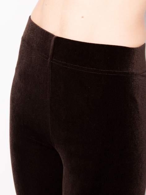 Ciemnobrązowe legginsy z weluru                                  zdj.                                  4