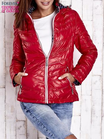 Ciemnoczerwona pikowana kurtka z wykończeniem w groszki                                  zdj.                                  1
