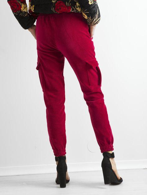 Ciemnoczerwone sztruksowe spodnie z kieszeniami cargo                              zdj.                              2