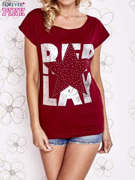 Ciemnoczerwony t-shirt z motywem gwiazdy i dżetami                                  zdj.                                  1