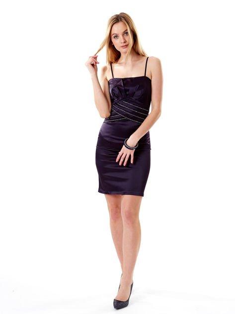 Ciemnofioletowa sukienka z błyszczącą aplikacją                              zdj.                              4