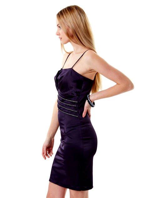Ciemnofioletowa sukienka z błyszczącą aplikacją                              zdj.                              3