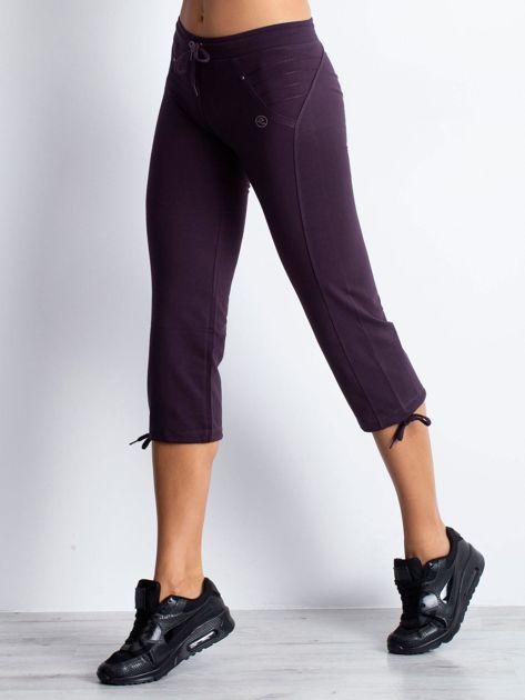 Ciemnofioletowe spodnie dresowe capri z aplikacją z dżetów                                  zdj.                                  1