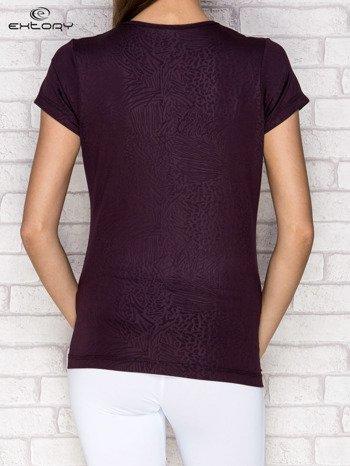 Ciemnofioletowy t-shirt o tłoczonej fakturze