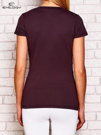 Ciemnofioletowy t-shirt z kontrastowymi wstawkami