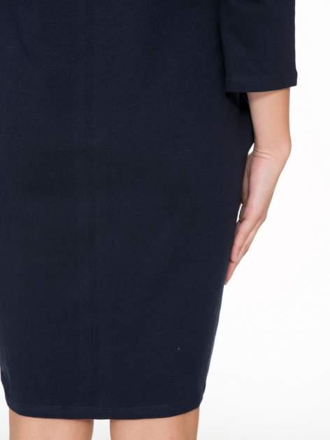 Ciemnogranatowa dresowa sukienka z kieszeniami po bokach                                  zdj.                                  9