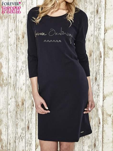 Ciemnogranatowa sukienka dresowa z aplikacją NEVER ORDINARY z cyrkonii                                  zdj.                                  1