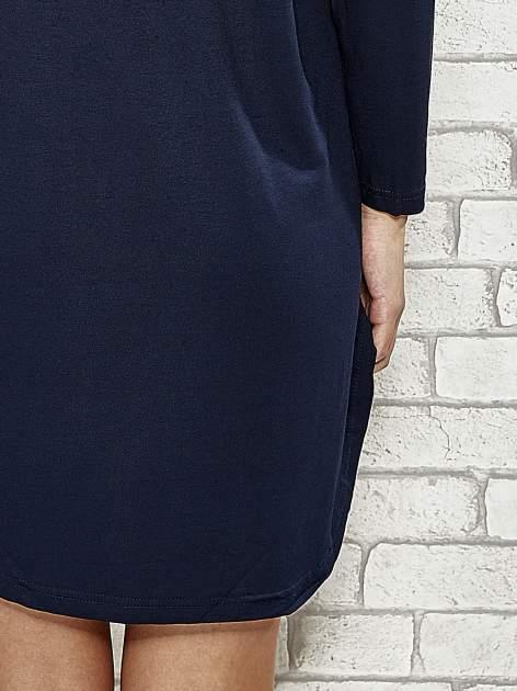 Ciemnogranatowa sukienka z rozporkami po bokach                                  zdj.                                  7