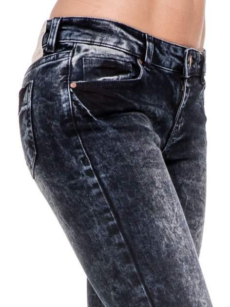 Ciemnogranatowe dekatyzowane spodnie skinny jeans                                  zdj.                                  6