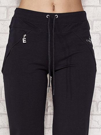 Ciemnogranatowe spodnie dresowe capri z kieszonką                                  zdj.                                  4