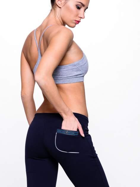 Ciemnogranatowe spodnie dresowe z turkusową wstawką                                  zdj.                                  5