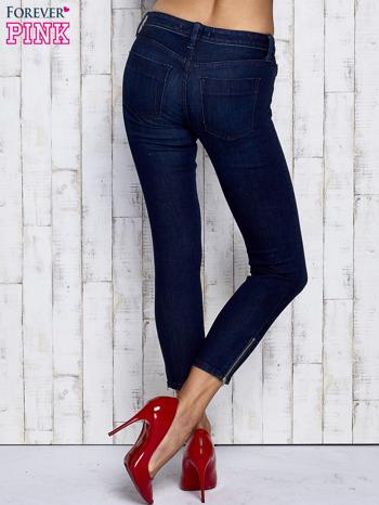 Ciemnogranatowe spodnie jeansowe z suwakami na nogawkach                                  zdj.                                  2
