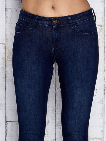 Ciemnogranatowe spodnie jeansowe z suwakami na nogawkach                                  zdj.                                  4