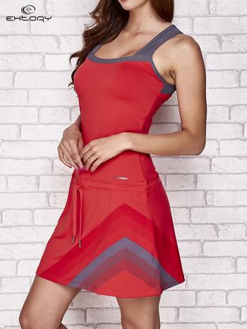 Ciemnokoralowa sukienka sportowa z szarymi wstawkami                                  zdj.                                  3