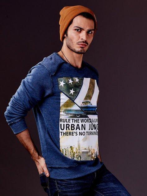 Ciemnoniebieska bluza męska z nadrukiem i surowym wykończeniem                                  zdj.                                  5