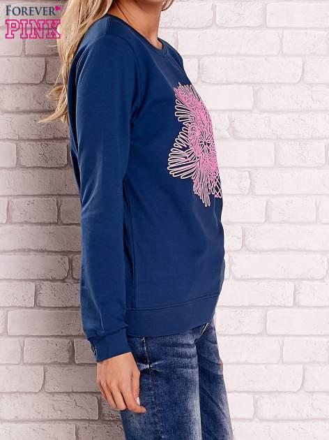 Ciemnoniebieska bluza z kolorowym nadrukiem                                  zdj.                                  3