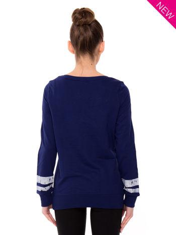 Ciemnoniebieska bluza z numerem w stylu collage                                  zdj.                                  2
