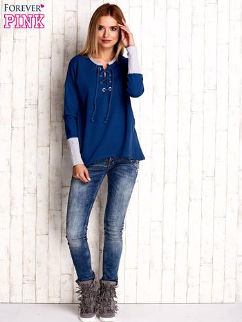 Ciemnoniebieska bluza z wiązaniem i szerokim ściągaczem                                  zdj.                                  4