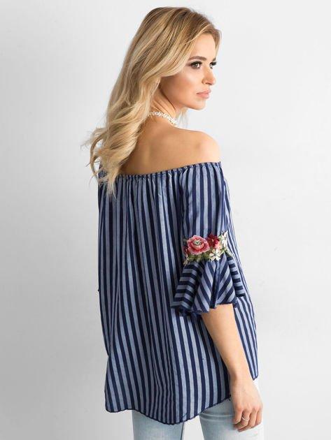 Ciemnoniebieska bluzka hiszpanka w paski z kwiatowymi wstawkami                              zdj.                              2