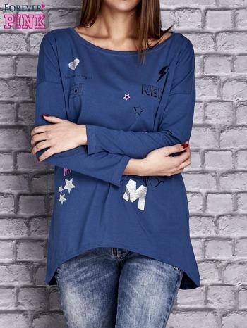 Ciemnoniebieska bluzka z naszywkowymi nadrukami                              zdj.                              1