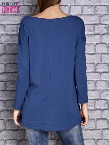 Ciemnoniebieska bluzka z naszywkowymi nadrukami                                  zdj.                                  3