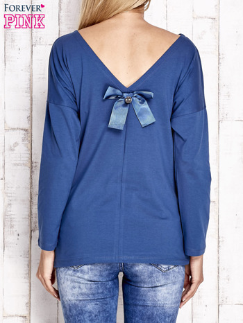Ciemnoniebieska bluzka z wycięciem na plecach i kokardą                              zdj.                              2