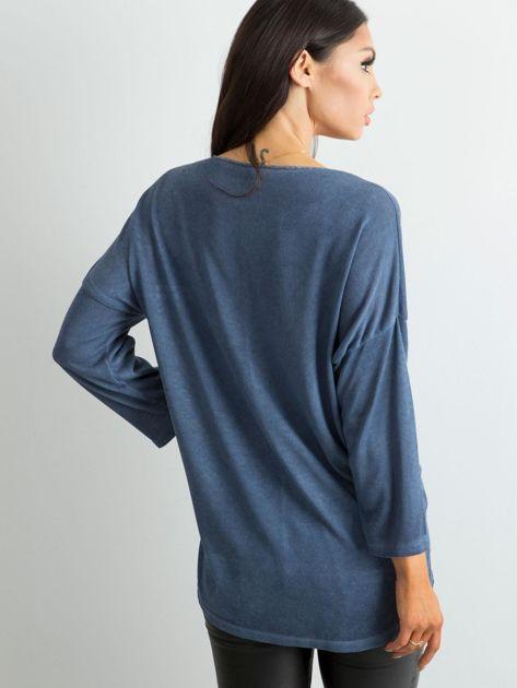 Ciemnoniebieska damska bluzka z nadrukiem                              zdj.                              2