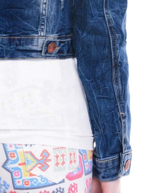 Ciemnoniebieska kurtka jeansowa damska z efektem gniecenia                                  zdj.                                  7