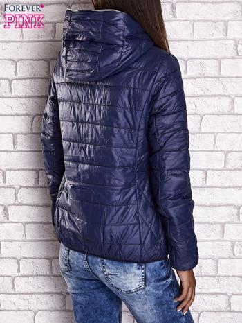 Ciemnoniebieska ocieplana kurtka z kontrastowym wykończeniem kaptura                                  zdj.                                  2