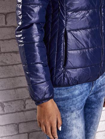 Ciemnoniebieska przejściowa kurtka z kapturem i kieszeniami                                  zdj.                                  10