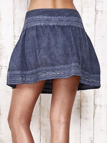 Ciemnoniebieska spódnica z efektem dekatyzowania                                  zdj.                                  10