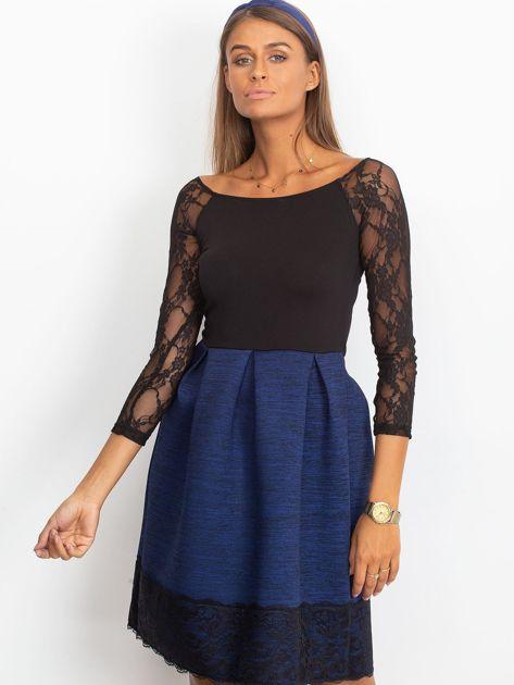 Ciemnoniebieska sukienka z koronkową lamówką                                  zdj.                                  1