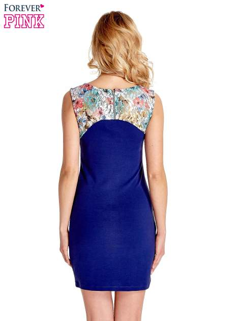 Ciemnoniebieska sukienka z kwiatową koronką                                  zdj.                                  4