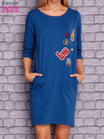 Ciemnoniebieska sukienka z naszywkami                                  zdj.                                  1