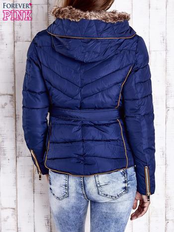 Ciemnoniebieska zimowa kurtka z futrzanym kapturem i paskiem                                  zdj.                                  2