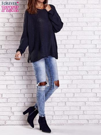 Ciemnoniebieski sweter oversize z rozcięciami po bokach                                  zdj.                                  9