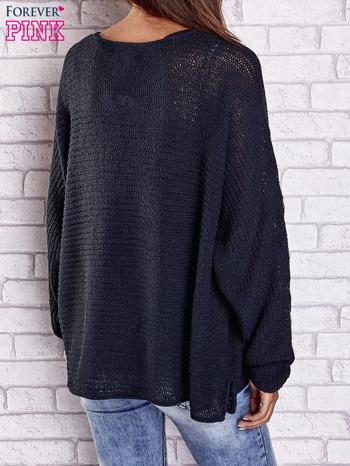 Ciemnoniebieski sweter oversize z rozcięciami po bokach                                  zdj.                                  6