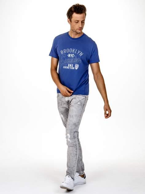Ciemnoniebieski t-shirt męski z napisem BROOKLYN NYC                                  zdj.                                  3