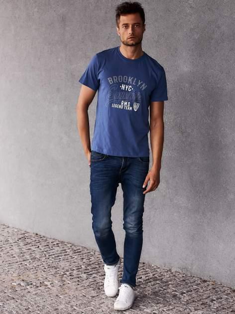 Ciemnoniebieski t-shirt męski z napisem BROOKLYN NYC                                  zdj.                                  6