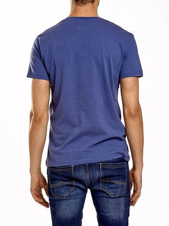 Ciemnoniebieski t-shirt męski z napisem CHAMPION i liczbą 28                                  zdj.                                  2
