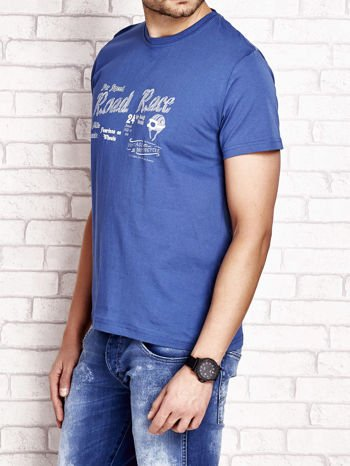 Ciemnoniebieski t-shirt męski z wyścigowym napisem ROAD RACE                                  zdj.                                  3
