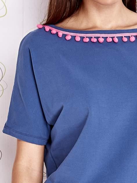 Ciemnoniebieski t-shirt z kolorowymi pomponikami przy dekolcie                                  zdj.                                  5