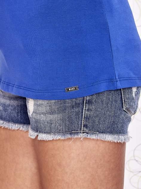 Ciemnoniebieski t-shirt z koronkowym wykończeniem rękawów                                  zdj.                                  6