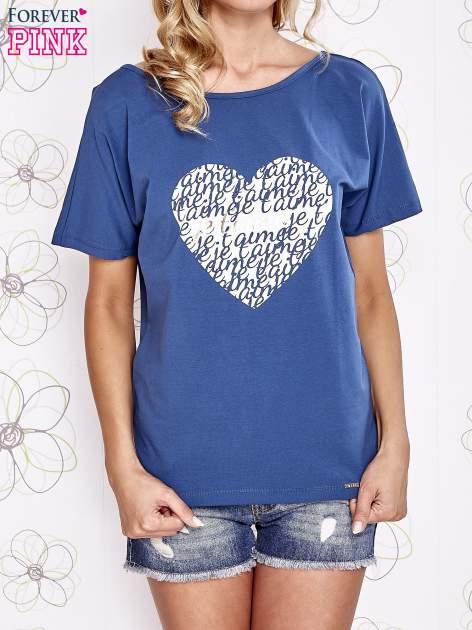 Ciemnoniebieski t-shirt z napisem JE T'AIME i dekoltem na plecach                                  zdj.                                  1