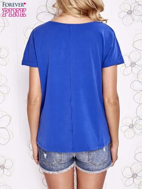 Ciemnoniebieski t-shirt z ozdobnym napisem i kokardą                                  zdj.                                  2