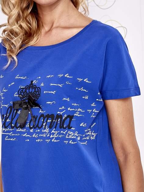 Ciemnoniebieski t-shirt z ozdobnym napisem i kokardą                                  zdj.                                  5