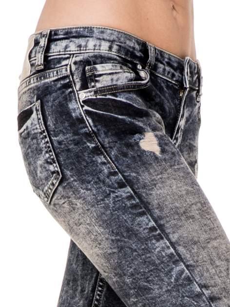Ciemnoniebieskie cieniowane spodnie jeansowe rurki z przetarciami                                  zdj.                                  5