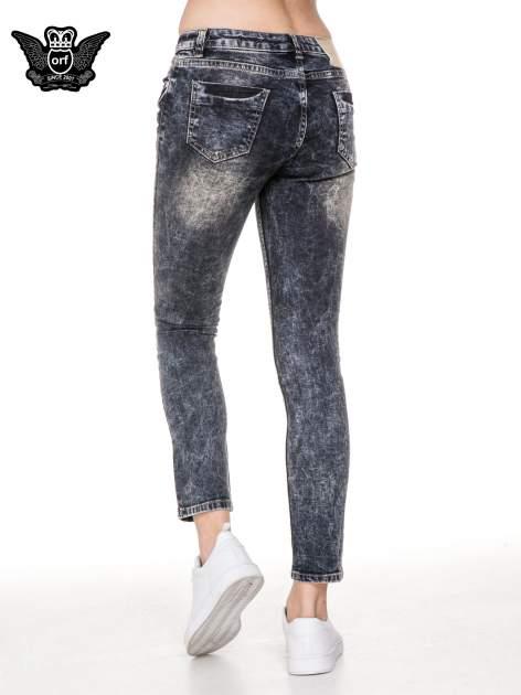 Ciemnoniebieskie cieniowane spodnie jeansowe rurki z przetarciami                                  zdj.                                  4