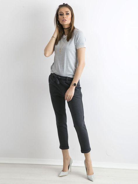 Ciemnoniebieskie dzianinowe spodnie z paskiem                              zdj.                              1
