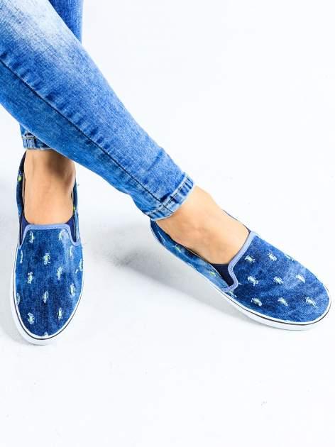 Ciemnoniebieskie jeansowe buty slip on z przetarciami                                  zdj.                                  1